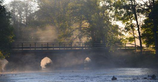 Dimma över vattnet vid bron i Baltak